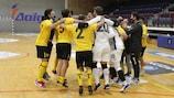 O AEK festeja após eliminar o Araz nos penalties