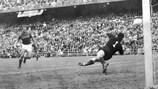 Мадридская публика наблюдает за тем, как испанцы открывают счет в финале ЕВРО-1964