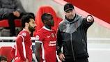 Jürgen Klopp dà indicazioni a Mohamed Salah e Sadio Mané