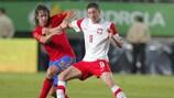 Spaniens Verteidiger Carles Puyol im Juni 2010 in einem Testspiel gegen Polens Robert Lewandowski