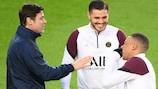 Paris Saint-Germain coach Mauricio Pochettino talks with Mauro Icardi and Kylian Mbappé at the Camp Nou