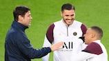 Il tecnico del Paris Saint-Germain, Mauricio Pochettino, parla con Mauro Icardi e Kylian Mbappé al Camp Nou