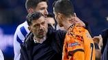 O treinador do Porto, Sérgio Conçeicão, conversa com Cristiano Ronaldo no final do jogo do Dragão com a Juventus