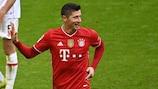 Con la tripletta allo Stuttgart il 20 marzo, Robert Lewandowski è diventato il primo giocatore non tedesco ad aver segnato 35 gol in una stagione di Bundesliga
