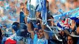 Sergio Agüero levanta el trofeo de la Premier League