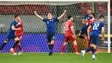 Милан Шкриниар празднует первый гол
