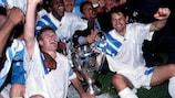 """Marseille-Kapitän Didier Deschamps stemmt 1993 den begehrten Henkelpott hoch, der zum ersten Mal """"Champions-League-Pokal"""" heißt"""