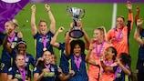 Lyon brandit le trophée de l'UEFA Women's Champions League en 2020.