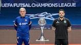 Andreu Plaza (Barça) y Nuno Dias (Sporting) posan con el trofeo