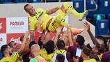 Santi Cazorla  é saudado pelos colegas de clube após fazer o seu último jogo pelo Villarreal na época passada
