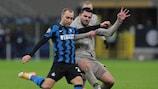 Christian Eriksen dell'Inter contende il pallone a Davit Khocholava dello Shakhtar Donetsk in una sfida della UEFA Champions League di quest'anno