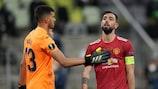El portero del Villarreal Gero Rulli con Bruno Fernandes del Manchester United  durante la final