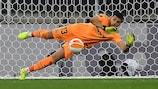 Gerónimo Rulli detiene el lanzamiento de penalti ejecutado por David de Gea en la final de la Europa League que ganó el Villarreal