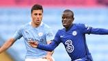 Rodri del City y N'Golo Kanté del Chelsea en acción durante un partido de la Premier League