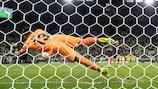 Gerónimo Rulli saves from David De Gea to win the UEFA Europa League for Villarreal