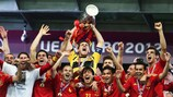 Iker Casillas levanta el trofeo en 2012