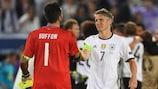 Gianluigi Buffon (Itália) e Bastian Schweinsteiger  (Alemanha) no EURO 2016