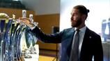 Sergio Ramos saluta alcune vecchie amiche