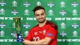 Shaqiri mit seiner Trophäe für den Star des Spiels