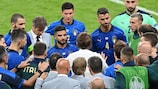 Italy coach Roberto Mancini addresses his team during extra time in the EURO 2020 round of 16 tie against Austria