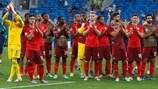 I giocatori della Svizzera ringraziano i tifosi al termine della sfida persa ai rigori contro la Spagna
