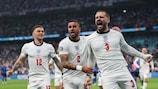 Luke Shaw celebra o golo inaugural de Inglaterra na final do EURO 2020