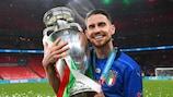 La joie de Jorginho avec le trophée Henri Delaunay