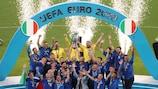 Los jugadores de Italia levantan el trofeo de la UEFA EURO 2020