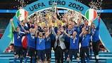 Giorgio Chiellini ergue a Taça Henri Delaunay