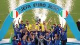 A Itália celebra na posse do troféu