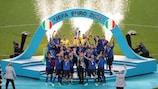 Giorgio Chiellini ergue o troféu após a final do EURO 2020