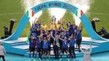 Giorgio Chiellini alza il trofeo al termine della finale di EURO 2020