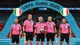 El árbitro holandés Björn Kuipers (centro) y su equipo tras la final de la UEFA EURO 2020 entre Italia e Inglaterra