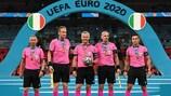 O árbitro Björn Kuipers (ao centro) e a restante equipa de arbitragem da final do UEFA EURO 2020