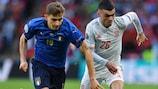 Nicolo Barella e Pedri no duelo entre Itália e Espanha, nas meias-finais do UEFA EURO 2020