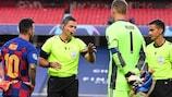 Damir Skomina en discussion avec Lionel Messi et Manuel Neuer