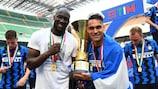 Lukaku y su compañero de ataque Lautaro Martínez posan tras conquistar el título con el Inter