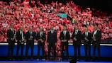 El presidente de la UEFA, Aleksander Čeferin (centro), con el equipo médico de Copenhague en los Premios UEFA 2021/22
