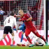 Mira como Arjen Robben marcó dos magníficos goles para el Bayern en la victoria por 5-1 en la fase de grupos.