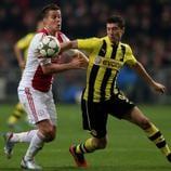 Mira a la estrella polaca marcar dos goles en la victoria del Dortmund por 4-1 en la fase de grupos contra el Ajax en Ámsterdam.