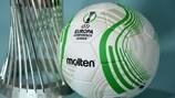 El trofeo y el balón de la nueva UEFA Europa Conference League