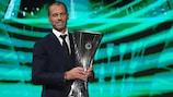 Aleksander Ceferin avec le trophée de l'UEFA Europa Conference League lors du tirage au sort