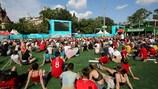Aficionados viendo el partido de la fase de grupos de la EURO 2020 entre Hungría y Francia en Budapest, Hungría.