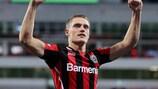 Bayer siegt zum Auftakt, Özil trifft gegen Eintracht