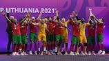Portugal ergue o troféu